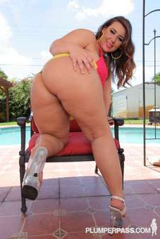 Lexxxi Lockhart wants you to love her big sexy ass